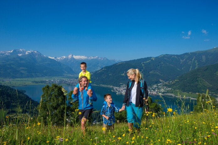 Family hike with view over lake Zell | ©  Faistauer Photography