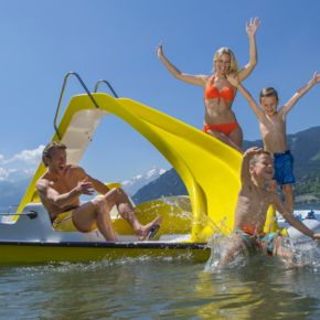 Family having fun on a paddle boat | © Zell am See-Kaprun Tourismus GmbH