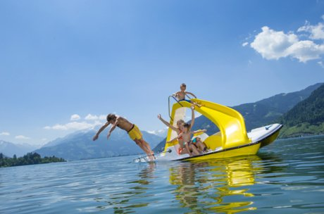 Family on a paddleboat jumps into Lake Zell | © Zell am See-Kaprun Tourismus GmbH