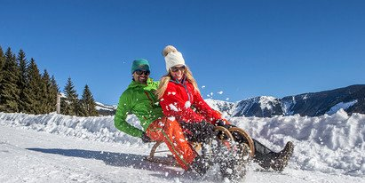 Couple Sledging in Zell am See | © Zell am See-Kaprun Tourismus