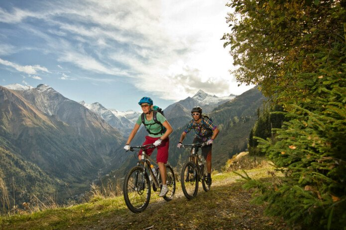 Mountainbiking on the sunny mountain side | © Zell am See-Kaprun Tourismus