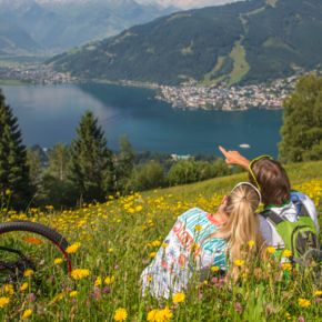 relaxing in the meadow during bike holidays  | © Faistauer Photography