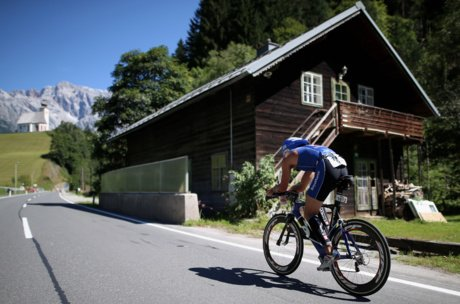 Road Biker with hut | © Getty Images