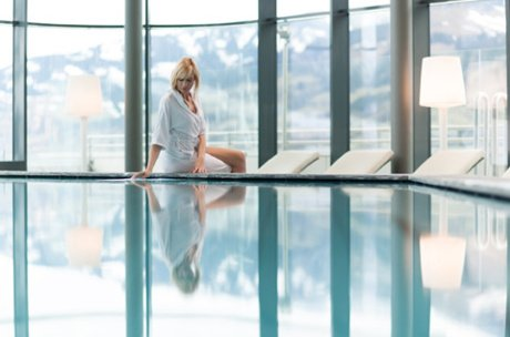 Lady at the pool end of the Tauern Spa | © Tauern SPA Zell am See-Kaprun