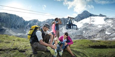 Family hiking on the Kitzsteinhorn | © Kitzsteinhorn
