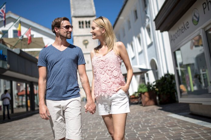 Couple seize a walk through Zell am See | © artisual