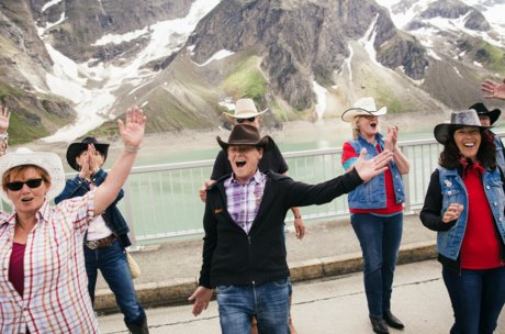 Happy people at the Country- & Western World Record in Line Dance in Zell am See-Kaprun | © Zell am See-Kaprun Tourismus/ Artisual