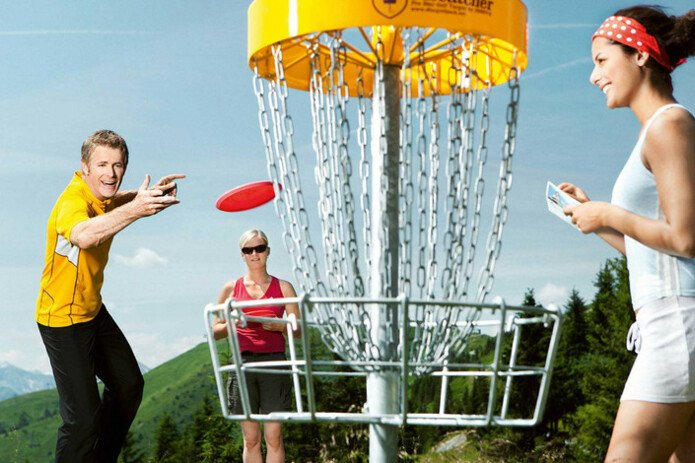 Friends playing discgolf | © Schmitten