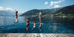 Swimming in the clean lake during your summer holiday in Austria | © Zell am See-Kaprun Tourismus