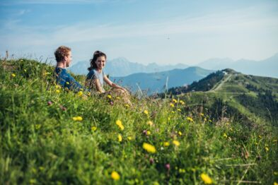 Enjoying the view over the mountains while a hiking break | © Zell am See-Kaprun Tourismus