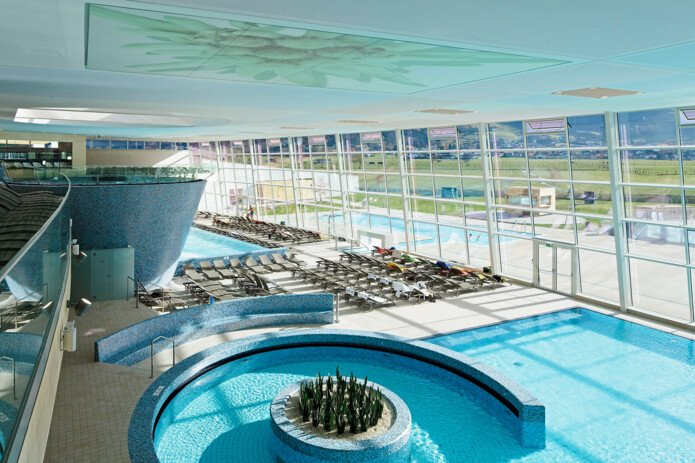 Relaxing and swimming area with 20.000 m2 in the Tauern Spa | © TAUERN SPA Zell am See-Kaprun