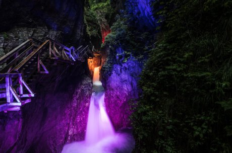 Illuminated gorge during the night in Zell am See-Kaprun | © EXPA JFK