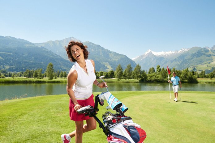Golfers with view to the Kitzsteinhorn | © Golfclub Zell am See