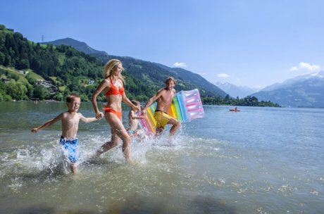 Family runs into Lake Zell | © Zell am See-Kaprun Tourismus GmbH