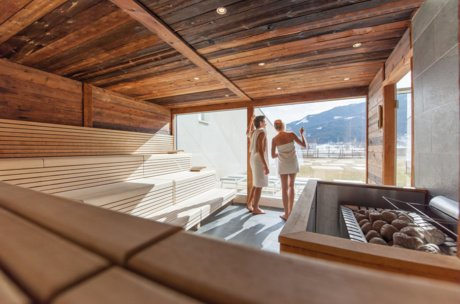 Couple in the Tauern Spa Sauna | © Tauern Spa Zell am See-Kaprun