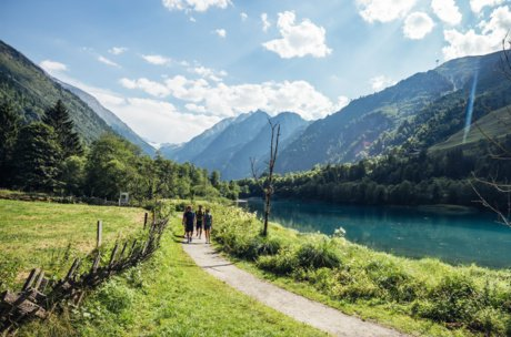 Walking and enjoying the water at Klammsee Kaprun | © Zell am See-Kaprun Tourismus