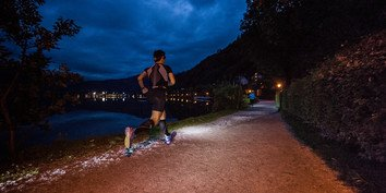 trail running in the night next to lake Zell | © www.wisthaler.com