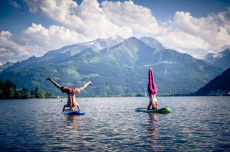 Headstand in front of the mountains in Zell am See-Kaprun | © Edith Danzer