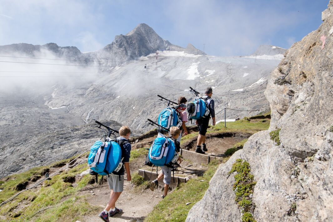 Hiking up with the mountainskyvers | © Faistauer Photography