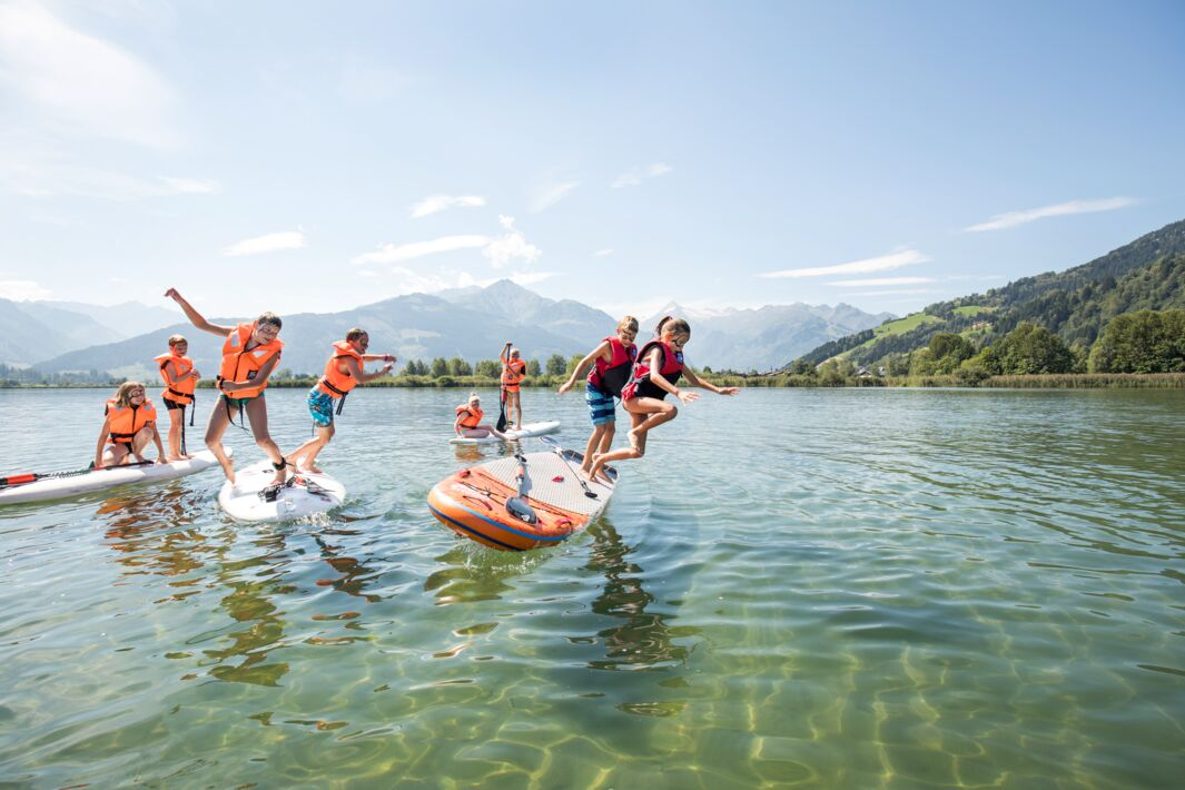 Kids jumping from the SUP into lake Zell | © Faistauer Photography