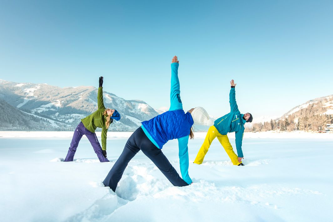 Yoga at the lake in the snow-covered nature    © Zell am See-Kaprun Tourismus