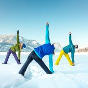 Yoga at the lake in the snow-covered nature  | © Zell am See-Kaprun Tourismus