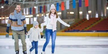 Ice skating-fun with family and friends at the ice rink in Zell am See, Austria | © Fremdenverkehrs GmbH & CoKG