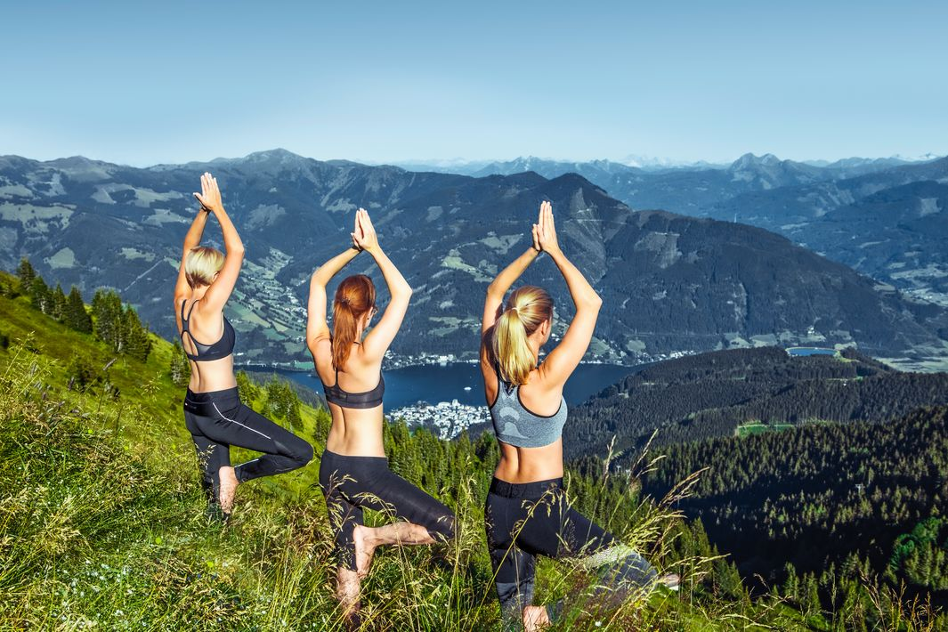 Montain air and breath-taking views while your yoga class | © Schmittenhöhe