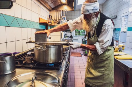 Pressing the dough through the Nocken ricer into boiling salted walter. | © Zell am See-Kaprun Tourismus