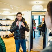 Man enjoying a shopping trip in winter in Zell am See-Kaprun | ©  Zell am See-Kaprun Tourismus